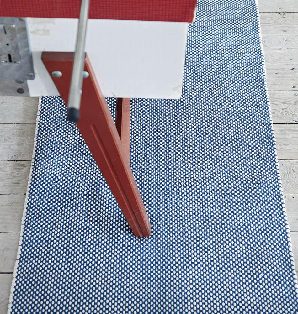 teppich mit punkten dots blau wei 70 x 200 cm. Black Bedroom Furniture Sets. Home Design Ideas