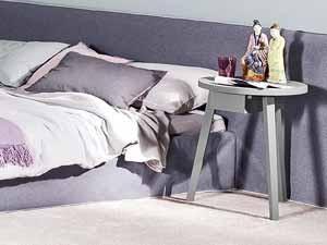 Zurückhaltende Eleganz: Die Haben Graue Nachttische! Die Kleinen  Beistelltische Neben Dem Bett Sind Nützliche Helfer In Der Nacht.