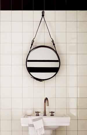 media/image/mein-raum-badezimmer-spiegel-gubi-adnet-schwarz-badaccessoires.jpg