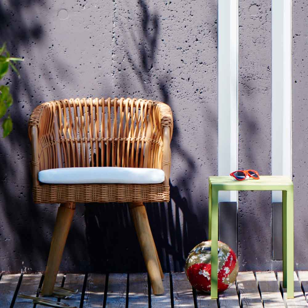 gartenstuhl mit wei em sitzpolster. Black Bedroom Furniture Sets. Home Design Ideas
