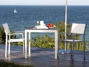 Unsere Weißen Gartenstühle Machen Nicht Nur Bei Hochzeiten Eine Gute Figur.  Verschönern Sie Ihren Garten Mit Den Weißen Metallstühlen Und  Plastikstühlen!