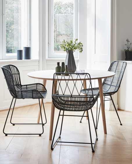 Stellen Sie Einen Komfortablen Loungesessel Einfach Neben Den Passenden  Esszimmerstuhl!
