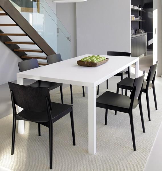 Schwarzer Holzstuhl im skandinavischen Design